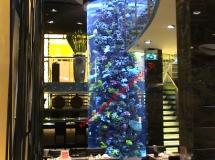 澳門葡京娛樂場內餐廳13700升圓柱缸1